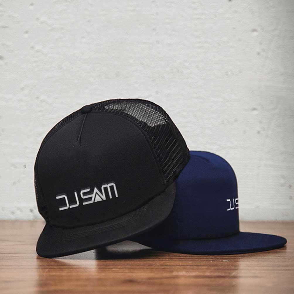 "alt=""Caps mit Logo bestickt DJ Sam"""